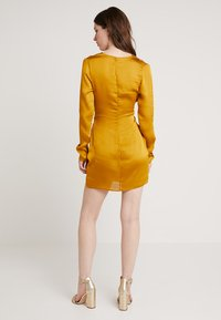 Club L London - TWIST FRONT MINI DRESS - Denní šaty - mustard - 2