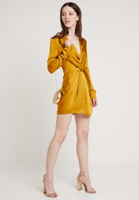 Club L London - TWIST FRONT MINI DRESS - Denní šaty - mustard - 1