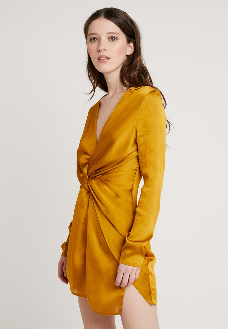 Club L London - TWIST FRONT MINI DRESS - Denní šaty - mustard