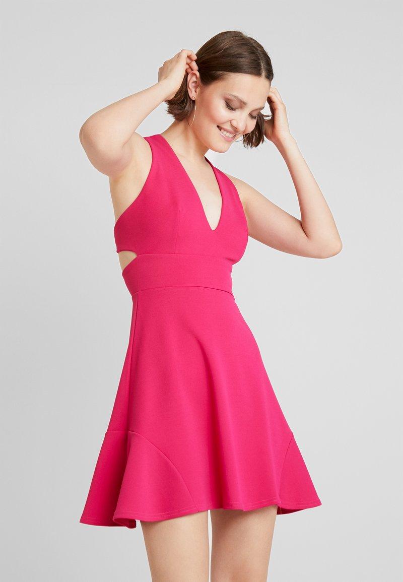 Club L London - V PLUNGE MINI DRESS WITH FRILL HEM - Sukienka z dżerseju - hot pink