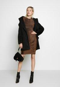 Club L London - METALLIC RUCHED FRONT MINI DRESS - Sukienka koktajlowa - gold-coloured - 1