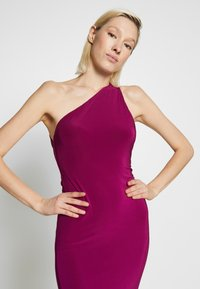 Club L London - ONE SHOULDER RUCHED BUM MIDI DRESS - Cocktailkjole - berry