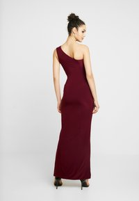 Club L London - ONE SHOULDER RUCHED WAIST MAXI DRESS WITH THIGH SPLIT - Iltapuku - wine - 3