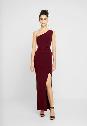 ONE SHOULDER RUCHED WAIST MAXI DRESS WITH THIGH SPLIT - Vestido de fiesta - wine