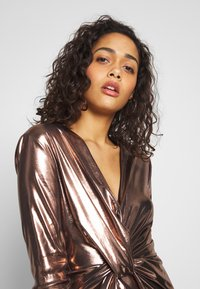 Club L London - METALLIC TWIST KNOT FRONT MINI DRESS - Robe de soirée - gold - 3