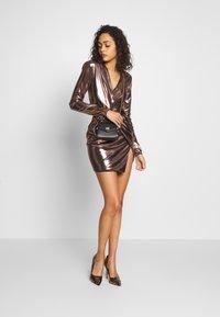 Club L London - METALLIC TWIST KNOT FRONT MINI DRESS - Robe de soirée - gold - 1