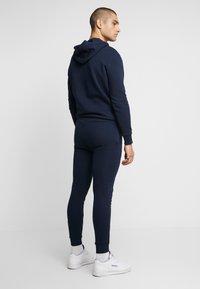 CLOSURE London - DOUBLE SCRIPT JOGGER - Pantalon de survêtement - navy - 2