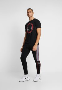 CLOSURE London - CUT SEW PIPED CHECKED - Pantaloni sportivi - black - 1