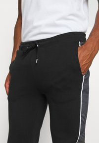 CLOSURE London - CUT SEW CHECKED JOGGER - Teplákové kalhoty - black - 5