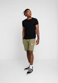 CLOSURE London - 2 PACK SHORTS - Teplákové kalhoty - navy/khaki - 1