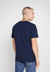 CLOSURE London - SCRIPT TEE - Print T-shirt - navy - 2