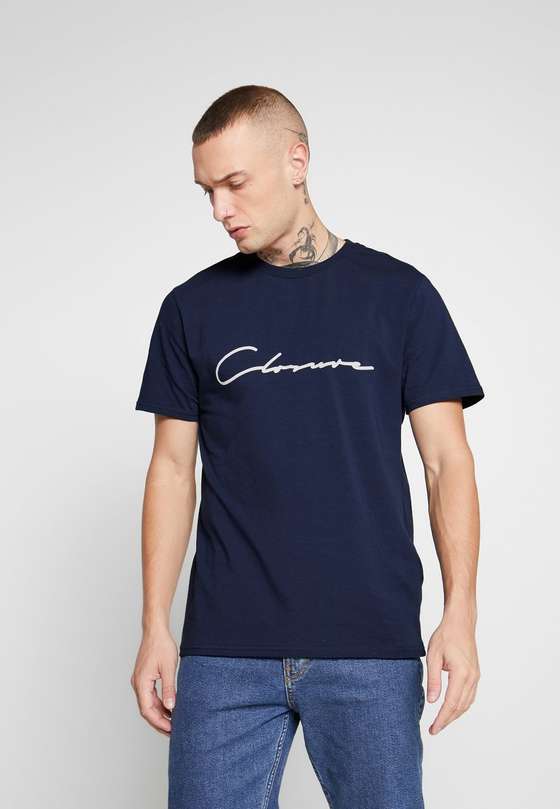 CLOSURE London - SCRIPT TEE - Print T-shirt - navy