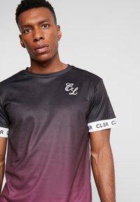 CLOSURE London - FADE CUFF TEE - Camiseta estampada - black/red - 4