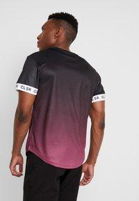 CLOSURE London - FADE CUFF TEE - Camiseta estampada - black/red - 2