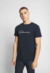 CLOSURE London - DOUBLE SCRIPT TEE - T-shirt med print - navy - 0