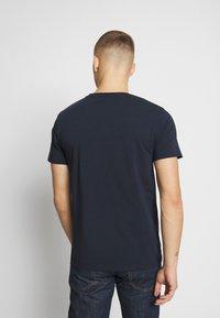 CLOSURE London - DOUBLE SCRIPT TEE - T-shirt med print - navy - 2