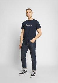 CLOSURE London - DOUBLE SCRIPT TEE - T-shirt med print - navy - 1