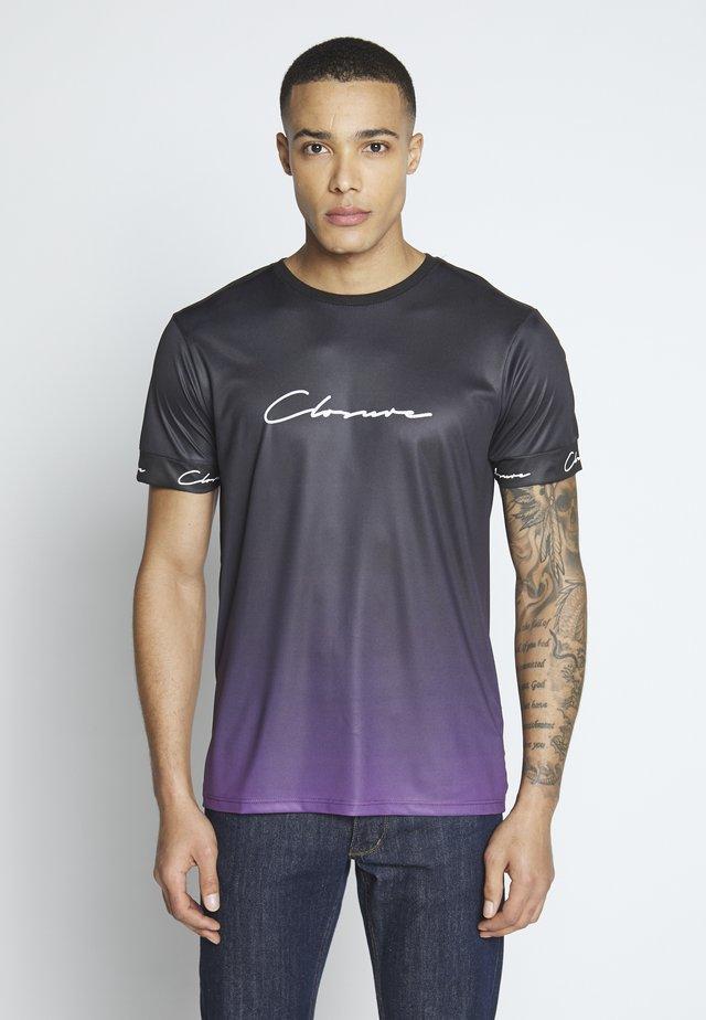 FADE SCRIPT BAND TEE - T-shirt med print - purple