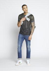 CLOSURE London - FADE SCRIPT BAND TEE - T-shirt con stampa - khaki - 1
