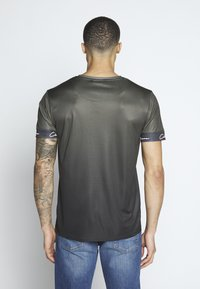 CLOSURE London - FADE SCRIPT BAND TEE - T-shirt con stampa - khaki - 2