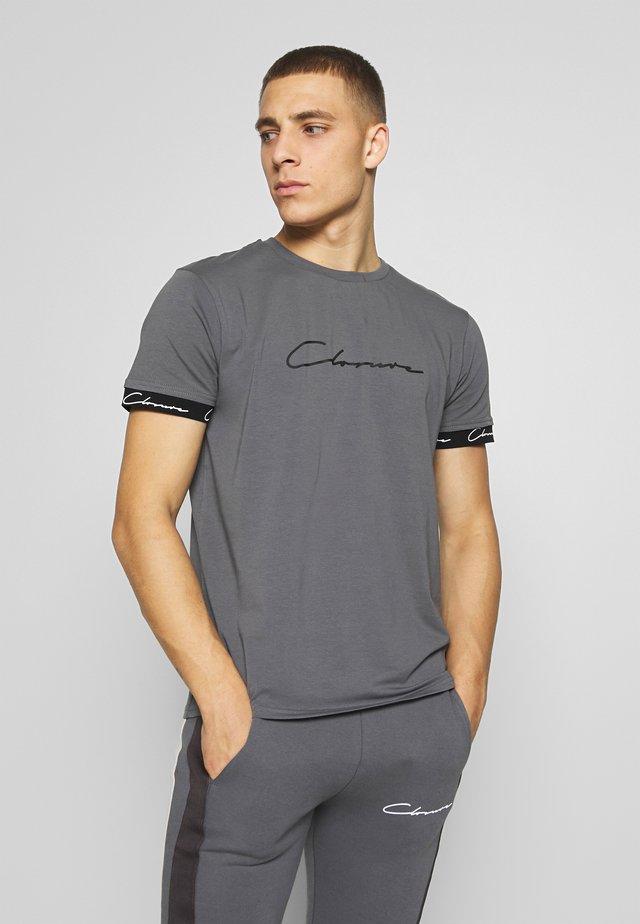 SCRIPT HIDDEN BAND TEE - T-shirt med print - grey