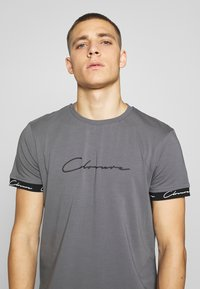 CLOSURE London - SCRIPT HIDDEN BAND TEE - T-shirt print - grey - 3
