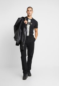 CLOSURE London - HUSTLE TEE - T-shirt con stampa - black - 1