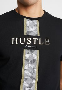 CLOSURE London - HUSTLE TEE - T-shirt con stampa - black - 5