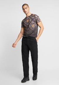 CLOSURE London - BAROQUE TILE PRINT FADE TEE - T-Shirt print - black - 1