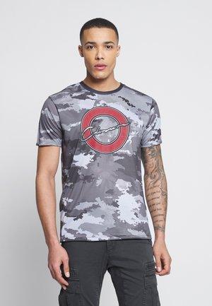 CAMO MAZE SCRIPT TEE - T-shirt print - camo