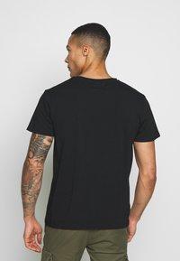 CLOSURE London - FURY TEE - T-shirt imprimé - black - 2