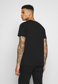 CLOSURE London - PIPED CHECKED TEE - Printtipaita - black - 2