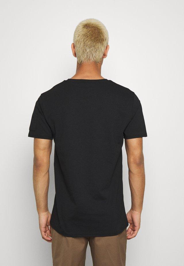 UTILITY TEE - T-shirt z nadrukiem - black