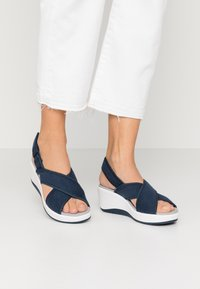 Cloudsteppers by Clarks - STEP CALI COVE - Sandalias con plataforma - navy - 0