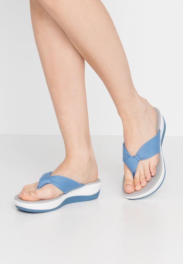 ARLA GLISON - tåsandaler - mid blue