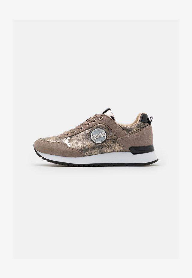 TRAVIS PUNK - Sneaker low - beige/light gold