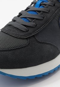 Colmar Originals - TRAVIS COLORS - Trainers - anthracite/blue - 5