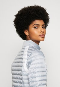 Colmar Originals - LADIES JACKET - Bunda z prachového peří - light steel/white - 3