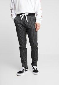 Criminal Damage - PINSTRIPE JOGGER - Spodnie treningowe - black/white - 0