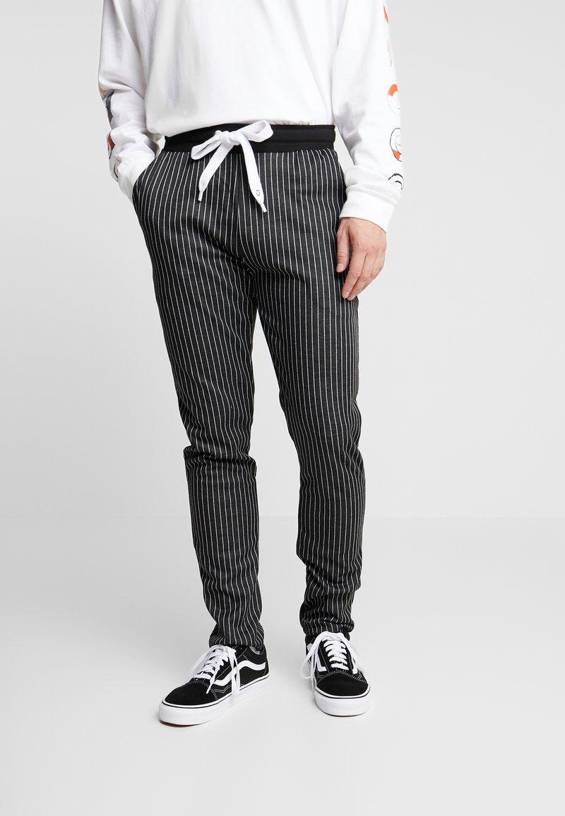 Criminal Damage - PINSTRIPE JOGGER - Spodnie treningowe - black/white