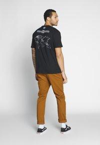 Criminal Damage - WORLD LAND TRUST ELEPHANT TEE - T-shirt z nadrukiem - black - 0