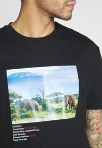 Criminal Damage - WORLD LAND TRUST ELEPHANT TEE - T-shirt z nadrukiem - black - 5