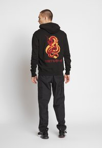 Criminal Damage - DRAGON HOOD - Jersey con capucha - black/multi - 0