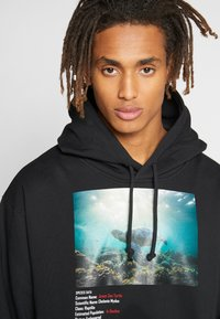 Criminal Damage - WORLD LAND TRUST TURTLE HOOD - Hoodie - black - 3