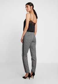 comma - Pantaloni - black - 3