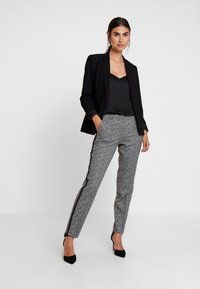 comma - Pantaloni - black - 2