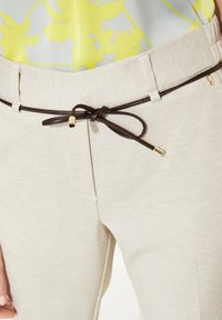 comma - MIT BINDEGÜRTEL - Pantalon classique - light grey - 3