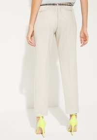 comma - MIT BINDEGÜRTEL - Pantalon classique - light grey - 2