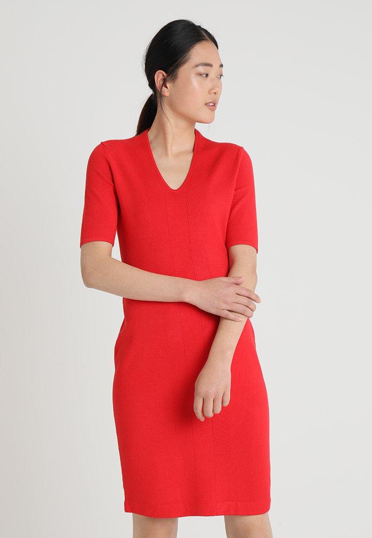 comma - KURZ - Stickad klänning - luminous red