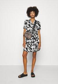comma - Košilové šaty - black - 1